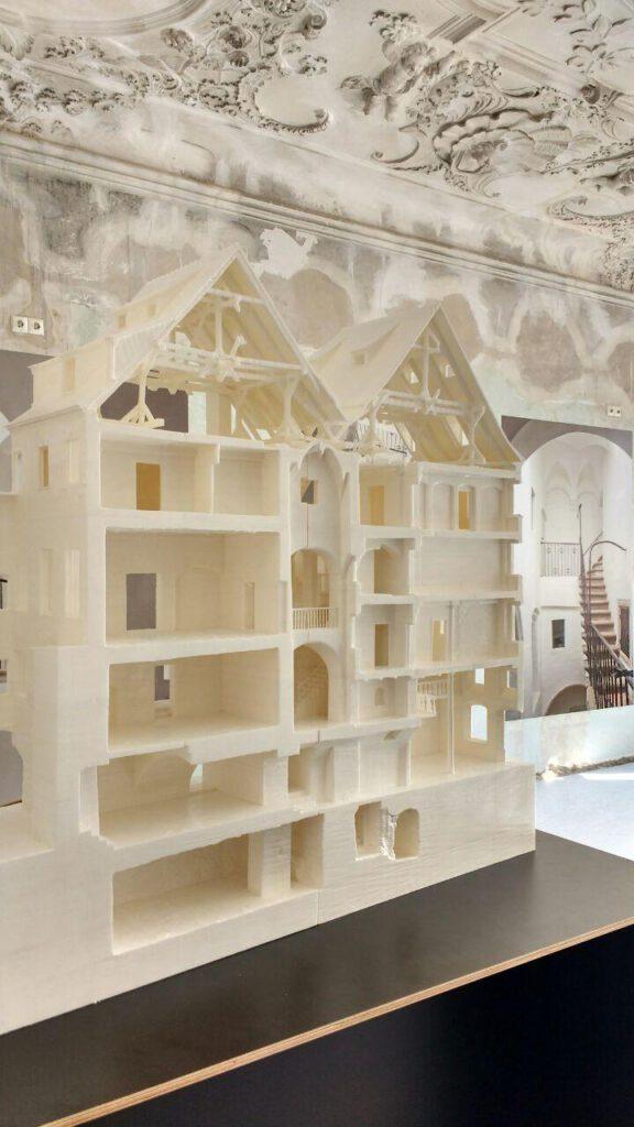 Modelle der Hallenhäuser in der Brüderstraße